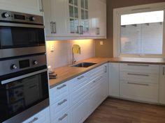 ... av #kjøkken. Lekkert hvitt kjøkken med integrerte hvitevarer