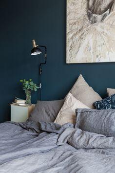Interiør: Med disse triksene får du maks ut av plassen i leiligheten din! Green Bedroom Paint, Sage Green Bedroom, Blue Bedroom, Master Bedroom, Trendy Bedroom, Bedroom Color Schemes, Bedroom Colors, Bedroom Decor, Cozy Bed