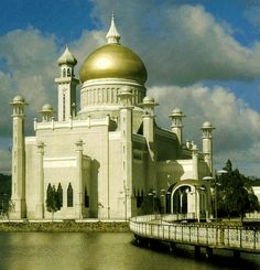 One of the largest mosques of the Far East is in Bandar Seri Bagawan, capital of the Sultanate of Brunei in Southeast Asia.