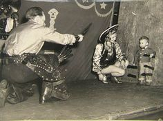 humorous odd weird bizarre offbeat old black-and-white photos Ryu Street Fighter, Dad Day, Mom And Dad, League Of Legends, Knife Throwing, Parenting Fail, Bizarre, Vintage Circus, Cultura Pop