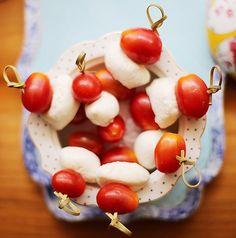 Uma salada caprese que dispensa garfo e faca! � s� espetar os tomates sweet grape e a mussarela de b�fala no palito