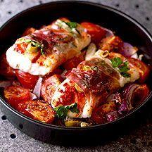 Weight Watchers - Mediterrane vis uit de oven– 5pt  1 koffiel Olijfolie       1 midRode ui, fijn gesnipperd       4 middelgroot/middelgrote Tomaat, in vieren     2 eetlepel(s) Tijm,     2  Bacon       300 g Roodbaars, rauw, (2 filets)     1 eetle Tomatenpuree     1 koffie) Citruszest      2 eetlepel(s) Basilicum, vers, gehakt (en wat extra voor de garnering)     1 hoeveelheid (naar smaak) Peper, zwart     1 hoeveelheid (naar smaak) Zout    Instructies