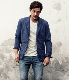 How To Wear Blue Jeans With a White Crew-neck T-shirt For Men looks & outfits) Blazer Jeans, Blue Blazer Men, Casual Blazer, Jacket Jeans, Casual Boots, Rugged Style, Style Casual, Men Casual, Rugged Men