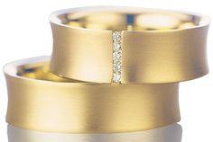 Rödguld är alltid lika vackert, som denna ring från kollektionen Exclusive. Med några söta diamanter fattade i kanalfattning. Se fler vackra ringar som denna på www.ringsofsweden.com.