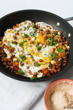Zoete aardappel pannetje met ei, feta en harissa mayonaise Sweet potato pan with egg, feta and harissa mayonnaise Quick Healthy Meals, Good Healthy Recipes, Vegetarian Recipes, Easy Meals, Healthy Diners, Musaka, Comfort Food, Food Inspiration, Love Food