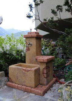 Fontana da giardino in pietra ricostruita, modello: fonte del casale, colore: old stone. Località: Malegno (Brescia).