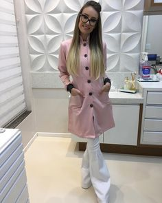 A imagem pode conter: 1 pessoa Nail Salon Design, Salon Interior Design, Beauty Uniforms, Spa Uniform, Roman Clock, Scrubs Outfit, Staff Uniforms, Nail Designer, Spa Rooms