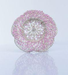 Maja Houtman.  Broche: hibisco, 2015. Plata, con circonio de color rosa.  6,5 x 6,5 x 4 cm.