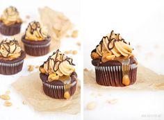 Herzfutter | Food-Blog : Erdnussbutter-Karamell-Schoko-Cupcakes aka Snickerscupcakes Snicker Cupcakes, Mini Cupcakes, Cupcake Cakes, Muffin Cupcake, Butterfinger Cupcakes, Happy Foods, Mets, Food Cravings, Food Items