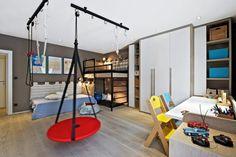 Na dětský pokoj kladli majitelé vysoké nároky. Výsledkem je dokonale vyřešený prostor, který spojuje funkci ložnice, studovny, herny a tělocvičny. Tvarově a barevně jednoduchý nábytek je nadčasový a časem bude možné pokoj přizpůsobit měnícím se dětským potřebám