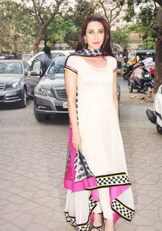 Karisma Kapoor looking pretty in a simple yet stylish suit. Pakistani Outfits, Indian Outfits, Indian Clothes, Indian Attire, Indian Wear, Bollywood Fashion, Bollywood Saree, Bollywood Actress, Anarkali Suits