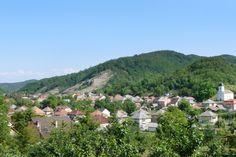 Megvan a legszebb nevű magyarországi település : Istenmezejének nemcsak a neve, a fekvése is szép. A Tarna felső folyásánál hosszan elnyúló völgyben található települést – Istenmezey alakban – az első forrás 1311-ben említ meg. A kis falu legnagyobb nevezetessége a barlangra hasonlító sziklakápolna.