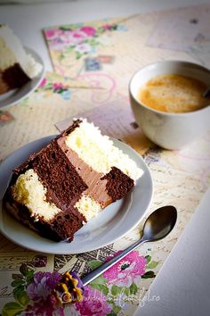 Felie de tort cu ciocolata si caramel Chocolate Caramel Cake, Tiramisu, Delish, Ice Cream, Pudding, Sweets, Sugar, Cookies, Ethnic Recipes