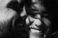 A minha felicidade está sonhando, nos olhos da minha namorada. É como esta noite, passando, passando, em busca da madrugada. Falem baixo, por favor, pra que ela acorde alegre com o dia.  Oferecendo beijos de amor. (Vinicius de Moraes)