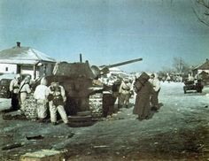Near Don, winter 1942-1943: the battle that claimed many victims in order paved the way Soviet siege and liberate 6. Armee were trapped in Stalingrad. A wreck T-34/76 tanks, with most ammunition scattered on the snow, being surrounded by the Panzergrenadier of 6. Panzer-Division were wearing camouflage jackets winter commute commonly referred to as Umkehrbare Winteranzug (Camo Reversible Winter Parka)