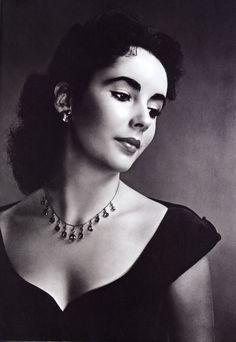 Se trata de una actriz inglesa, cosa que no sabía hasta su fallecimiento, que desarrolló y logró consagración a nivel profesional en EEUU. Sus características más notables fueron sus ojos color vio…
