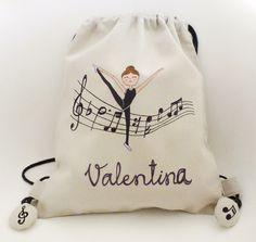 Así de bonita es la mochila que la pequeña Valentina va a llevar a sus clases de gimnasia. Ella está encantada!! #mochilasniños #danza #detallespersonalizados Ballet Bag, Baby Ballet, Ballet Shows, Baby Painting, Fabric Gift Bags, String Bag, Easy Sewing Projects, Fashion Sewing, Tote Bag