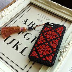 こぎん刺しのiPhoneケースです。シリコン製の黒いソフトケースにオレンジの糸を刺して仕上げました。こぎん刺しとiPhoneケースという一見ミスマッチのようで... ハンドメイド、手作り、手仕事品の通販・販売・購入ならCreema。