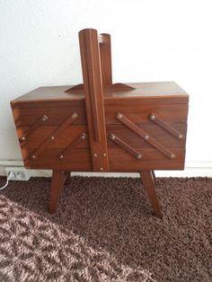 oude uitklapbare naaidoos hout vijftiger-jaren. OMG, MY DAD MADE ONE OF THESE FOR MY MOTHER!!!