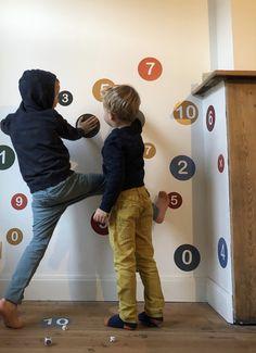 SMART DOTS 123 (rekenen): inzetbaar thuis, in de klas, of bij logopedisten & kinesisten. Dit muursticker- en dobbelspel maakt het aanleren van de cijfers en het leren rekenen superleuk en zorgt ervoor dat leren ook bewegen wordt. In te zetten op elk niveau: kleuter, 1e leerjaar, 2e leerjaar,.... Educatief speelgoed voor thuis, in de klas, bij de kinesist, logopedist, kinderpraktijk,... #spelendleren #educatiefspeelgoed #bewegendleren #huiswerk #lerenlezen #lerenrekenen #logopedie…