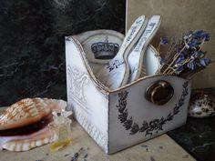 ` Белый винтаж`  короб под  дамские штучки. В продолжение серии ' Белый винтаж ' - короб для мелочей, подойдёт как для ванной комнаты под флакончики, тюбики, расчески и т.д. так и на туалетный столик под дамские штучки.