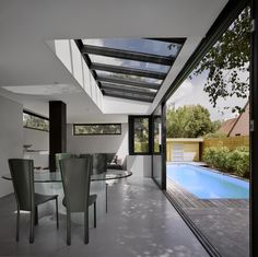 Veranda with glass roof overlooking a terrace with swimming pool Indoor Outdoor Living, Outdoor Decor, Kitchen Diner Extension, Gazebos, Interior And Exterior, Interior Design, Marquise, Glass Roof, House Extensions