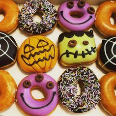 Halloween Donut :D - Halloween Donuts, Halloween Desserts, Halloween Food For Party, Halloween Treats, Halloween Town, Halloween Decorations, Donut World, Donut Store, Donut Flavors