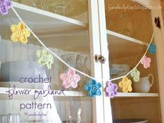 Sarahndipities ~ fortunate handmade finds: Things to Make: Free Crocheted Flower Garland Pattern {pretty garland for Spring or Easter} Crochet Bunting, Crochet Garland, Crochet Daisy, Crochet Leaves, Easter Crochet, Crochet Flower Patterns, Crochet Home, Love Crochet, Crochet Crafts