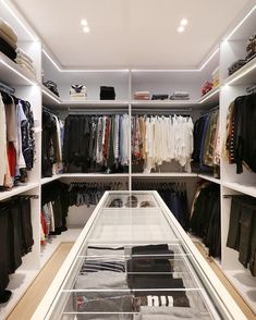 É isso que chamamos de um closet de verdade!!! 360 graus de closet, espaços milimetricamente planejados para atender todas as…