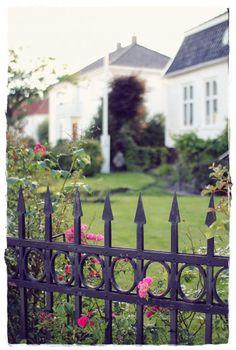 Syysneuletta shortseilla - Kalastajan vaimo - ME NAISET Small Towns, Norway, Outdoor Structures, Dreams, Home, Ad Home, Homes, Haus, Houses