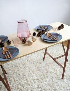 Herbst-Tisch-Deko #einrichtung #interior #deko #dekoration #decoration #wohnen #living #tischdeko #herbst #esszimmer #diningroom #vase #blau #blue #lammfell #tannenzapfen #holz #wald Foto: hello-mrs-eve