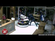 Loja da Dom Lúcio tem vitrine estourada e estoque saqueado pela segunda vez - Foto: Arquivo Acontece Botucatu  A polícia de Botucatu registrou um caso de arrombamento contra uma loja de roupas na Avenida Dom Lúcio na madrugada desta sexta-feira, 11. Os ladrões levaram praticamente todo estoque, depois de estourarem a vitrine de vidro.  A mercadoria teria sido levada em u - http://acontecebotucatu.com.br/policia/loja-da-dom-lucio-tem-vitrine-estourada-e-estoque-saquead