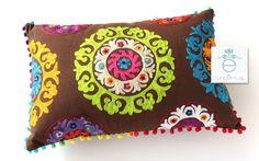 Cojín Rectangular Café Bordado Colores - CF021