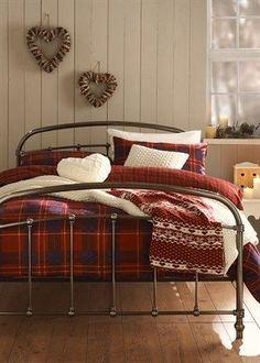Cama con decoración escocesa en rojo oscuro. Blog living WIKI, wiki pillow: 10 ideas para decorar tu cama con telas escocesas.