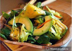 Зеленый салат с авокадо и шпинатом