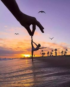 27 Creative Pictures that Will Make You Green with Envy Dance Photography Poses, Gymnastics Photography, Dance Poses, Beach Photography, Creative Photography, Amazing Photography, Nature Photography, Yoga Poses, Forced Perspective Photography
