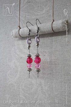 Réalisation [ Fait-Main ] avec du fil aluminium (Ø2mm), deux perles de verre craquelées et des perles tibétaines, ainsi qu'une perle d'acier inox et un anneau d'aluminium laqué. Les crochets d'oreilles sont en acier inoxydable ainsi que la chaîne. Petites boucles d'oreilles ou boucles d'oreille à assortir avec tenue et maquillage, selon l'envie. Facile à mettre et enlever, la boucle d'oreille est légère et se dandine au gré des mouvements, avec de petits tintements agréables qui permettent…