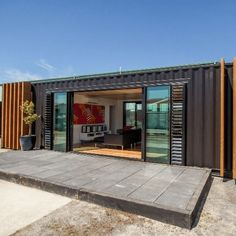 Today we are checking out a stunning  shipping container home made from two 4o' shipping containers. The containers are lined up parallel to each...