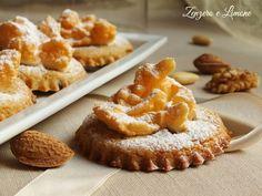 I papassini sono dei buonissimi biscotti con mandorle e noci decorati con dell'albume montato a neve che li rende belli da vedere oltre che da gustare.