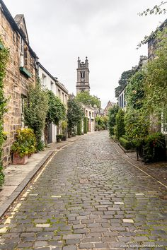 This is Circus Lane, Edinburgh. This travel itinerary for 4 days in Edinburgh, Scotland has the best Edinburgh itinerary for your trip to Scotland. It has everything from Edinburgh Castle to Edinburgh University and more. If you're looking for the best things to do in Edinburgh, this great Edinburgh itinerary has it all.