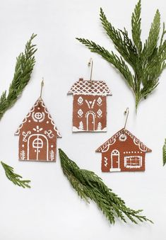 Easy Gingerbread House, Gingerbread Ornaments, Christmas Gingerbread, Christmas Tree Ornaments, Christmas Crafts, Christmas Decorations, Homemade Crafts, Diy Crafts, Ornament Hooks