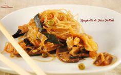 Gli Spaghetti di soia saltati con verdure sono un ottimo e leggero primo di ispirazione orientale che amo gustare spesso.  Infatti adoro i primi piatti che permettono di consumare verdure in gran quantità, perché a parità di volume hanno un alto potere saziante e poche calorie