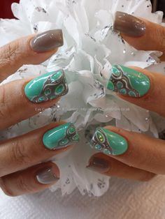 nude+and+mint+gel+polish+with+freehand+nail+art