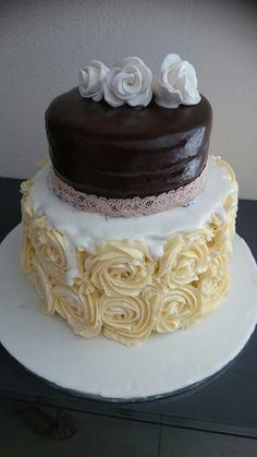 Buttercreme rosen mit sacher Torte Cake, Desserts, Food, Buttercream Roses, Tailgate Desserts, Deserts, Kuchen, Essen, Postres