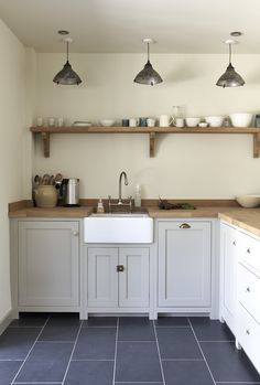 Home Decor 2018 The Pembridge Shaker Kitchen by deVOL is a pretty kitchen in a country cottage. We love those pendant lights.Home Decor 2018 The Pembridge Shaker Kitchen by deVOL is a pretty kitchen in a country cottage. We love those pendant lights. Industrial Style Kitchen, Rustic Kitchen, New Kitchen, Kitchen Dining, Kitchen Decor, Kitchen Cabinets, Vintage Industrial, Kitchen Ideas, Wooden Worktop Kitchen
