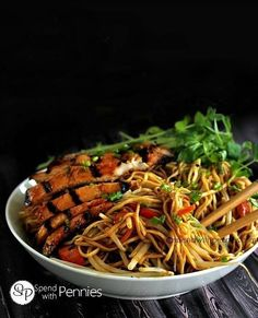 If you love take out you are definitely going to love this easy Chicken Lo Mein recipe! It's easy to make and tastes so much better than restaurant Lo Mein! Asian Recipes, Great Recipes, Taquero, Chicken Lo Mein, Chow Mein, Asian Cooking, Mets, Pasta Dishes, The Best