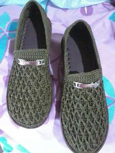 This Pin was discovered by Ele Crochet Sandals, Crochet Boots, Crochet Slippers, Knit Crochet, Crochet Shoes Pattern, Shoe Pattern, Knit Shoes, Sock Shoes, Crochet Flip Flops