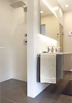 Praktisch und stilvoll: Diese Regendusche ist ebenerdig begehbar, für ein Leben ohne Barrieren #bathroomdesign #accessible  #walkinshower