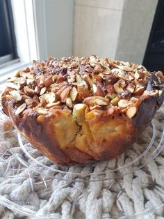 Apple almond cake – No flour, No refined sugar When I am invited to diner, I rarely go empty-handed. This weekend, I had to prepare something for Saturday night, I did not have much at home and I couldn't go out. I had only almond flour and app… Easy Cake Recipes, Apple Recipes, Sweet Recipes, Baking Recipes, Dessert Recipes, Dessert Sans Gluten, Gluten Free Desserts, Healthy Desserts, Gluten Free Recipes