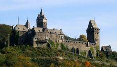 Die #Burg Altena! Hervorragend erhalten und immer ein Top-Ausflugsziel für alle die sich von der einzigartigen #Architektur im #Sauerland verzaubern lassen möchten! www.nrw-live.de/ausflugsziele/burg-altena